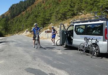 Support vehicle stop during road cycling tour